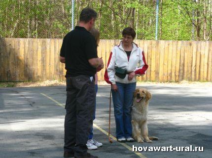 Наталья и Варя внимательно слушают тренера